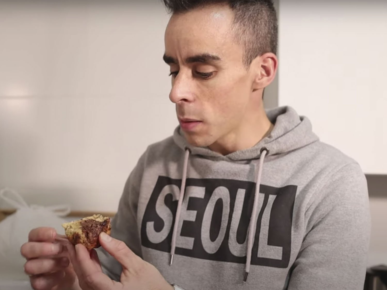 Javi probando los muffins